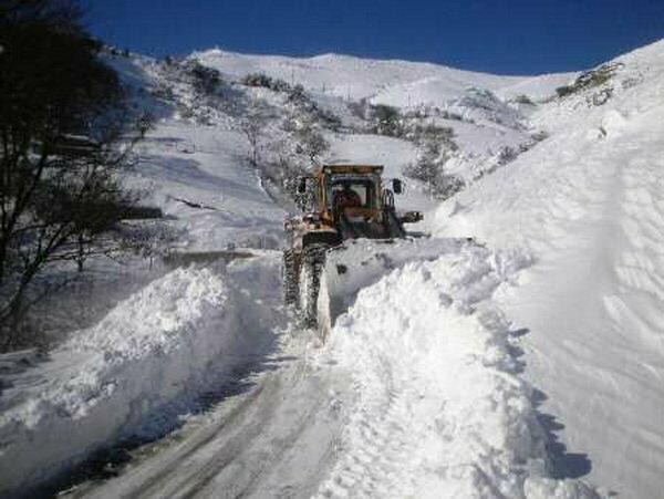 ارتفاع برف در گردنه های کوهرنگ به بیش از 2.5 متر رسید