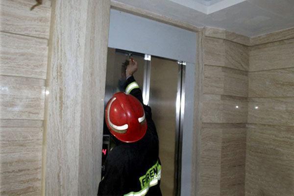 نیروهای آتش نشانی همدان 2 گرفتار در آسانسور را نجات دادند